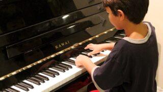 ピアノを弾く子供